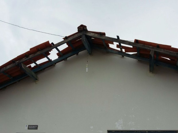 Chuva forte causou destelhamento de casa em Santa Maria da Vitória (Foto: Edivaldo Braga/ blogbraga)