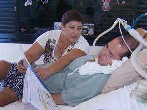 Diego e a mãe em hospital de Sumaré (Foto: Sávio Monteiro / EPTV)
