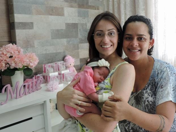 Nathália e Maíra cuidam de Maitê,  (Foto: Luna Markman / G1)