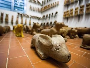 A primeira escultura de Manoel da Marinheira foi este coelho que está exposto no museu que leva seu nome. (Foto: Jonathan Lins/G1)