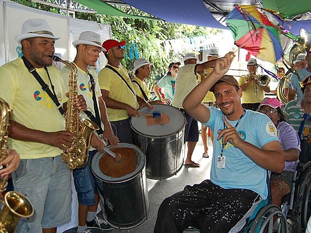 Geziel Bezerra, coordenador do Camarote da Acessibilidade, em Olinda, mostra que cadeirantes também podem curtir um bom frevo (Foto: Lorena Aquino / G1)