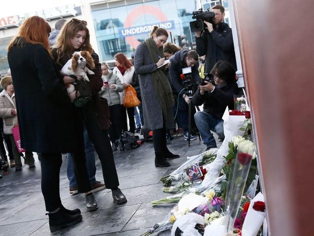 Fãs de David Bowie em frente ao mural para o cantor no bairro de Brixton, em Londres (Foto: Stefan Wermuth/Reuters)