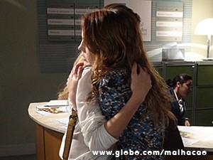 Sofia chora no ombro de Anita (Foto: Malhação / TV Globo)