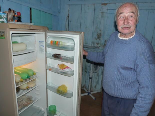 Desde 2011,  Amaro Damaceno Lopes toma cerca de 90 litros de leite por semana (Foto: Patrícia Miranda/Jornal do Povo)