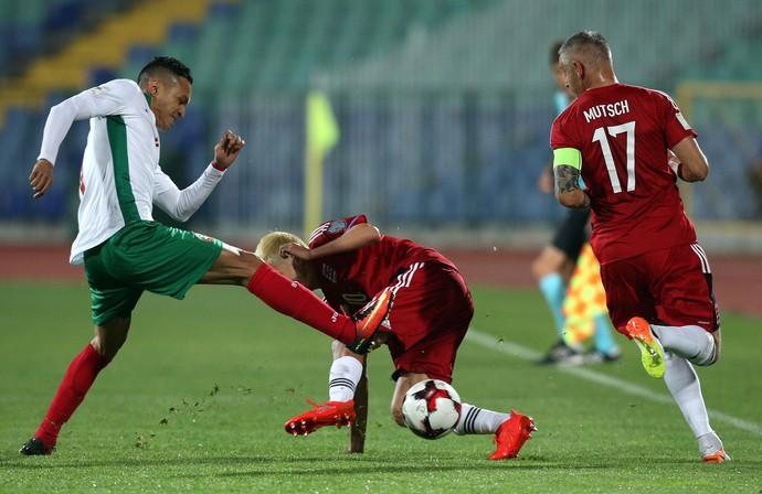 Marcelinho chuta a bola diante de Vincent Thill e Mario Mutsch em Bulgária x Luxemburgo (Foto: REUTERS/Stoyan Nenov)