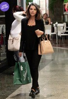 Look do dia: Mariana Rios usa bolsa de R$ 4,2 mil para passear em shopping