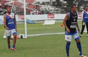 Danilo Pires e Cassiano participam do treino do Santa Cruz (Foto: Lucas Liausu/GloboEsporte.com)