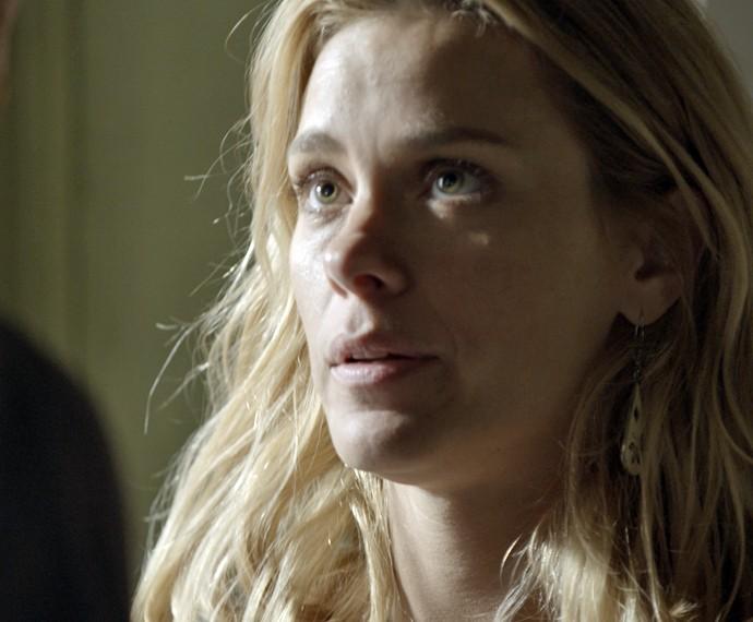 Lara pede distância do policial (Foto: TV Globo)