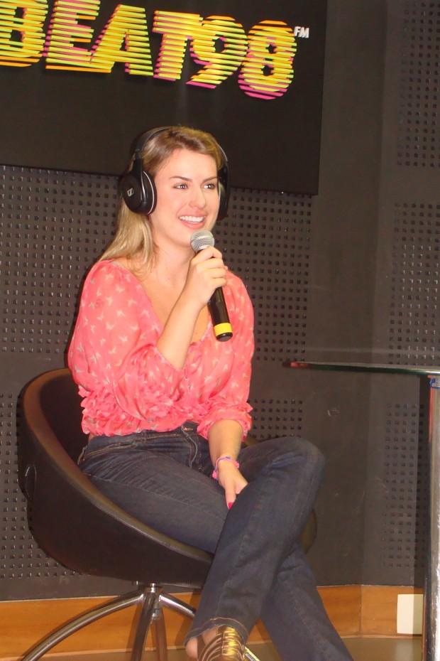 Ex-BBB Fernanda participa de programa de rádio (Foto: Divulgação)