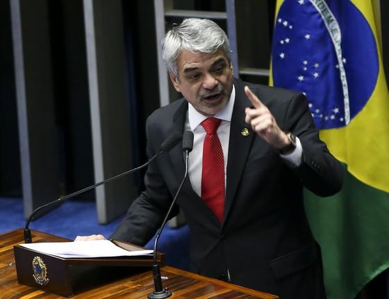 Humberto Costa durante votação do processo de impeachmente de Dilma Rousseff  (Foto: Marcelo Camargo/Agência Brasil)