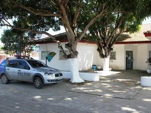 Caseiro foi levado para a DEPCA, onde foi indiciado por estupro de vulnerável (Foto: Carlos Eduardo Matos/G1)