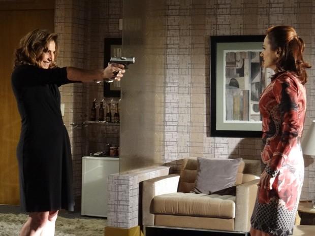 Wanda ameaça Berna e diz que adoraria casar com Mustafa (Foto: Salve Jorge/TV Globo)