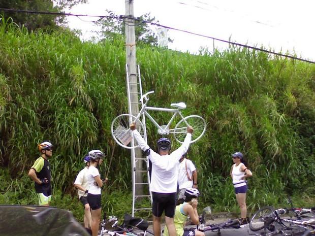 Grupo instalou bicicleta em poste da SC-401 (Foto: Rodrigo Arthur de Faria)