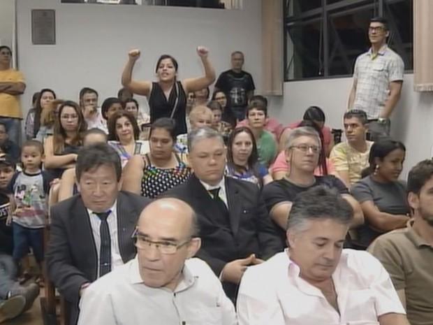 Câmara ficou lotada e uma das moradoras se manifestou durante a sessão  (Foto: Reprodução / TV TEM)