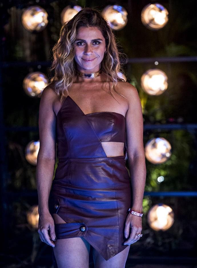 Já no primeiro capítulo, Giovanna Antonelli aparece como Atena com vestidinho curto de couro (Foto: Ellen Soares / Gshow)