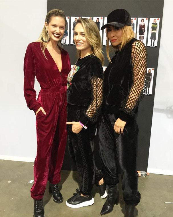 Sabrina Sato nos bastidores do desfile PatBo com Helena Bordon e Patrícia Bonaldi (Foto: Glamour)