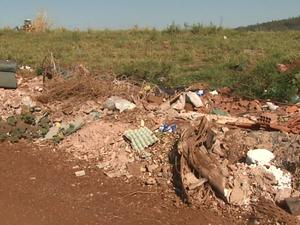 """""""Virou um aterro"""", disse uma moradora de Rincão (Foto: Marlon Tavoni/EPTV)"""