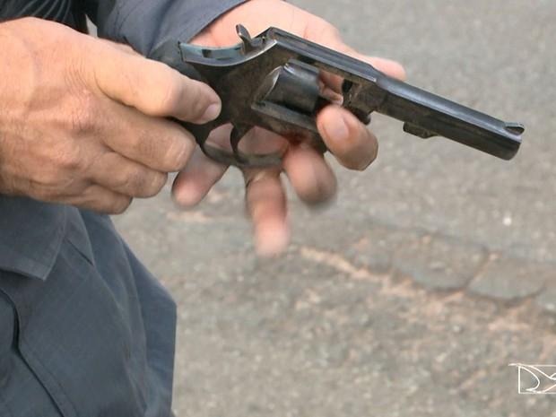 Polícia apreendeu um revólver calibre 38 dos dois assaltantes (Foto: Reprodução/TV Mirante)
