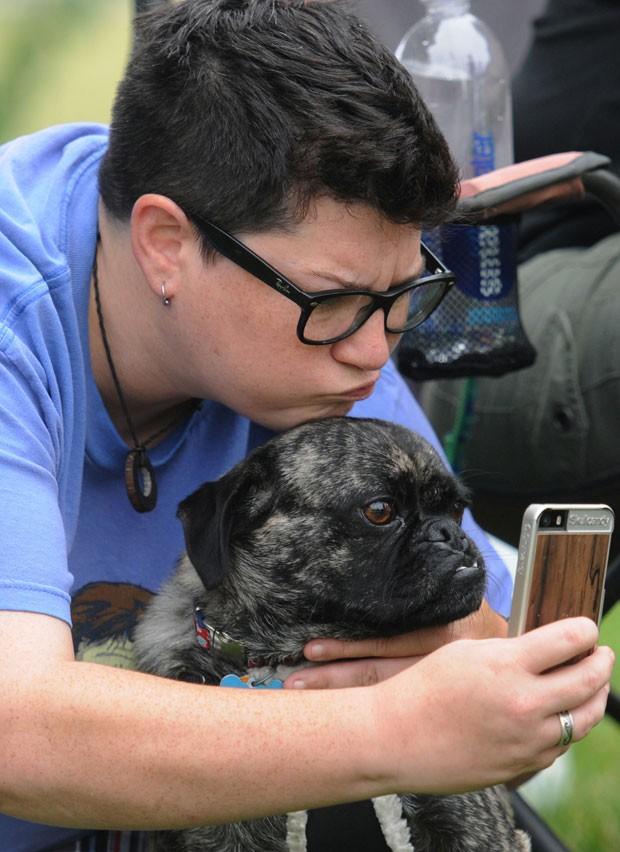 A adolescente americana Sarah Payovich e seu cão de estimação Marlin tiram um selfie fazendo caretas durante evento beneficente em St. Joseph, no estado de Michigan (EUA) (Foto: Don Campbell/The Herald-Palladium/AP)