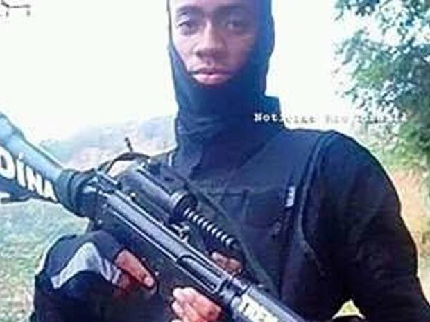 Diná exibia imagens de armas nas redes sociais (Foto: Reprodução/Facebook)