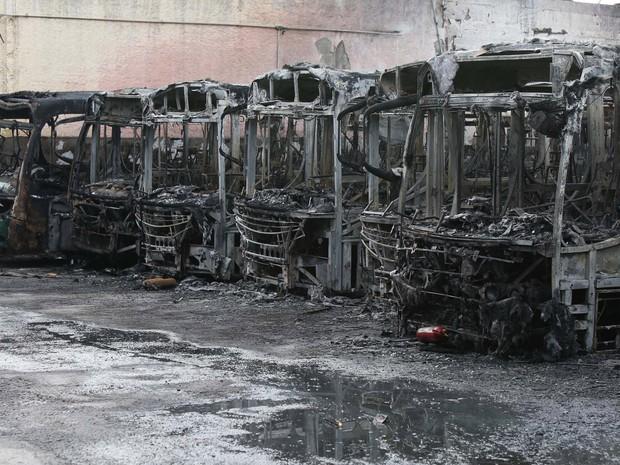 Trinta e cinco ônibus da viação Urubupungá, em Osasco, na Grande São Paulo, foram incendiados na madrugada desta terça-feira (22) (Foto: Marcos Bezerra/Futura Press/Estadão Conteúdo)