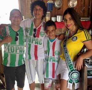 O presidente da Topac, Glediston de Azevedo Mesquita, o torcedor Rhamom Menezes, Mikael Lima e Elkar Portela, a Musa do Palmeiras em 2010 (Foto: Divulgação/Topac)