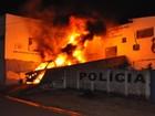 Jovem é preso suspeito de incendiar carro da polícia, em Niquelândia, GO