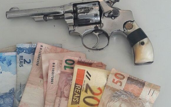 Revólver e dinheiro roubado apreendido com dupla em Piracicaba (Foto: Divulgação/Polícia Militar)