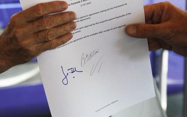 Bernie Ecclestone e Jean Todt mostram suas assinaturas em acordo para implementação de novo Pacto da Concórdia (Foto: Getty Images)
