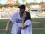Mila Kunis, grávida, e Ashton Kutcher vão a estádio de basebol