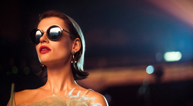 Campanha da Prada Eyewear inspirada no cinema dos anos 1940 (Foto: Divulgação)
