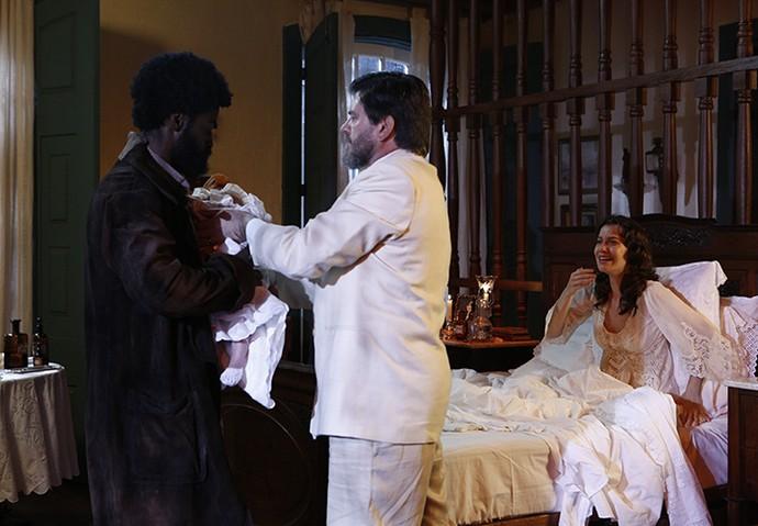 O Barão manda seu capataz jogar o filho de Anastácia de um penhasco (Foto: Inácio Moraes/Gshow)