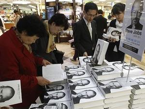 Biografia de Steve Jobs é vendida em uma livraria na Coreia do Sul nesta segunda-feira (24) (Foto: Ahn Young-joon/AP)