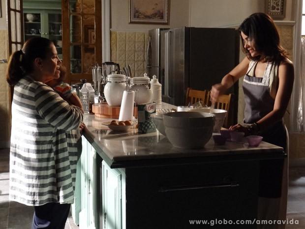 Aline usa pó na massa e Ciça vê (Foto: Amor à Vida/ TV Globo)