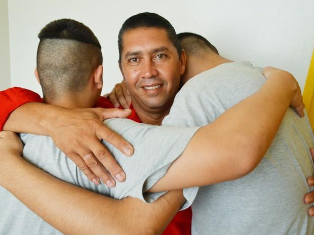 Fernando tenta reconstruir a família ao lado dos filhos (Foto: Adriano Oliveira/G1)