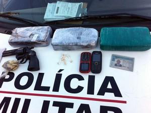 Jovem preso com mais de três quilos de crack em Pará de Minas (Foto: Polícia Militar / Divulgação)