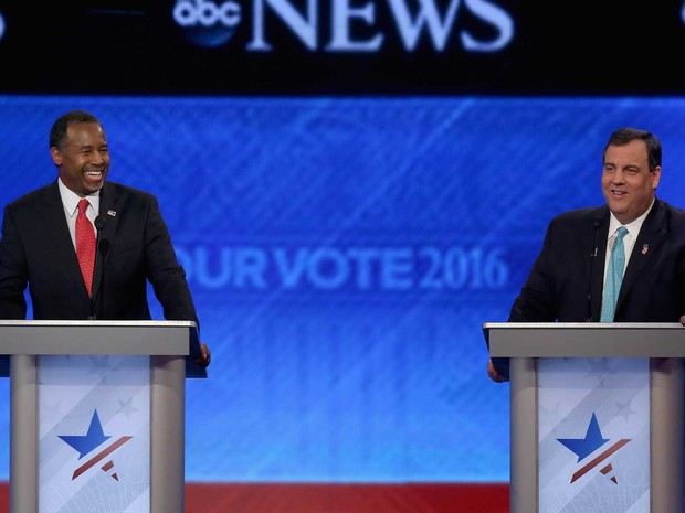 Pré-candidatos republicanos à Casa Branca Ben Carson (esquerda) e Chris Christie, em debate em New Hampshire (Foto: Joe Raedle / Getty Images / AFP Photo)