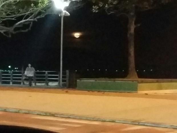 'Fantasma' de mulher em praia, fotografado por professora de Brasília (Foto: Alessandra Guimarães Luiz/Arquivo Pessoal)