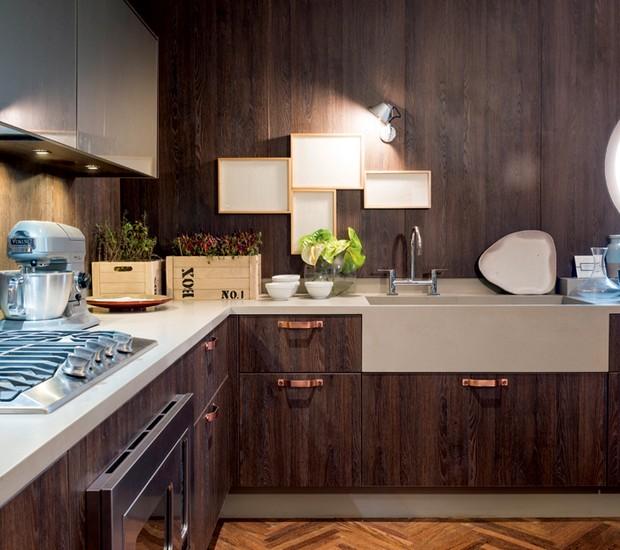 Cozinha | O designer de interiores Fernando Piva usou Corian® em toda a bancada desta cozinha (Foto: Sergio Israel/Divulgação)