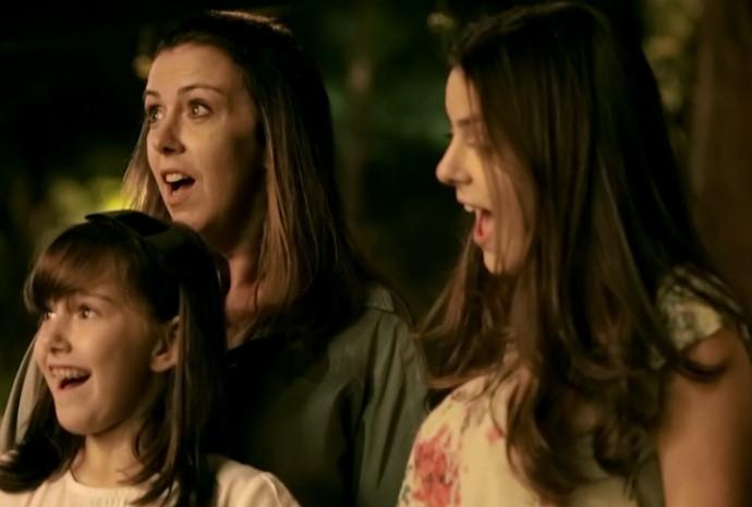 Quer entender a cara de surpresa de Adriane e suas filhas? Assista ao vídeo! (Foto: Divulgação/Coca-Cola)