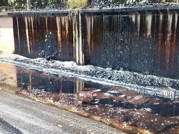 Açúcar derretido vaza por cima de muro do galpão que pegou fogo (Foto: Ana Paula Luciano/TEM Você)