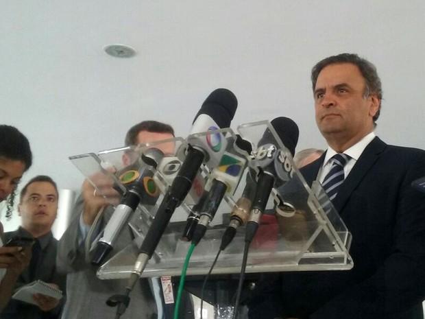 Aécio Neves concede entrevista no Palácio do Planalto após audiência com o presidente Michel Temer (Foto: Filipe Matoso / G1)