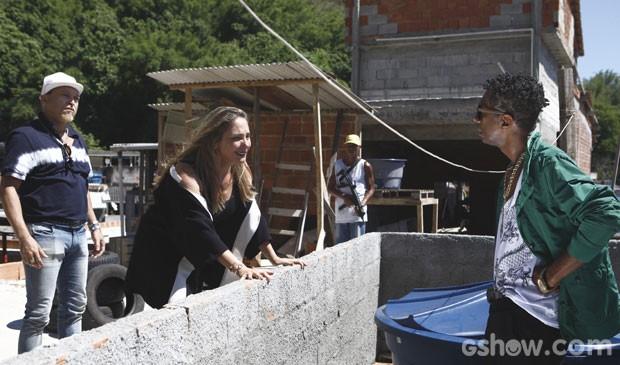 Marali fica toda feliz ao saber que Edimúcio é o dono do morro (Foto: Inácio Moraes/TV Globo)