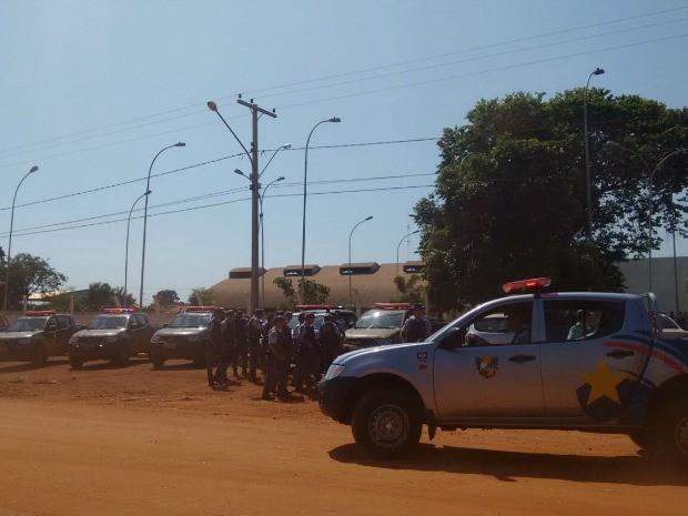 Viaturas foram estacionadas em um posto localizado próximo à entrada do garimpo. (Foto: Renato Diniz/TVCA)
