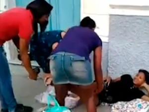 Jovem dá à luz na porta de maternidade em Santo Amaro, na Bahia (Foto: Imagens/TV Bahia)