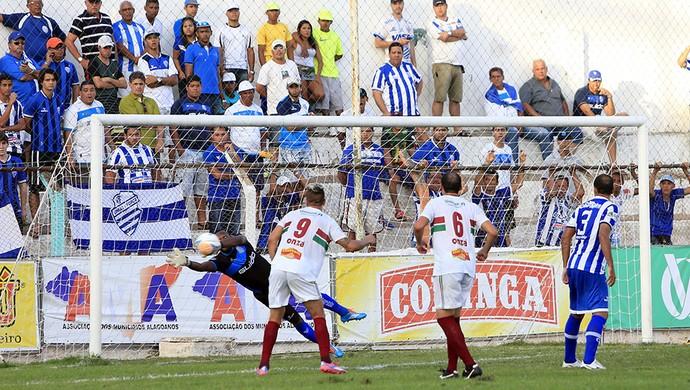 Jeferson em uma das diversas defesas que fez durante o confronto (Foto: Ailton Cruz/Gazeta de Alagoas)