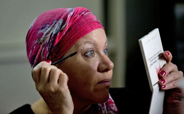 A paciente com câncer Gladys Szemis participa de aula de maquiagem realizada em Buenos Aires (Foto: Natacha Pisarenko/AP)