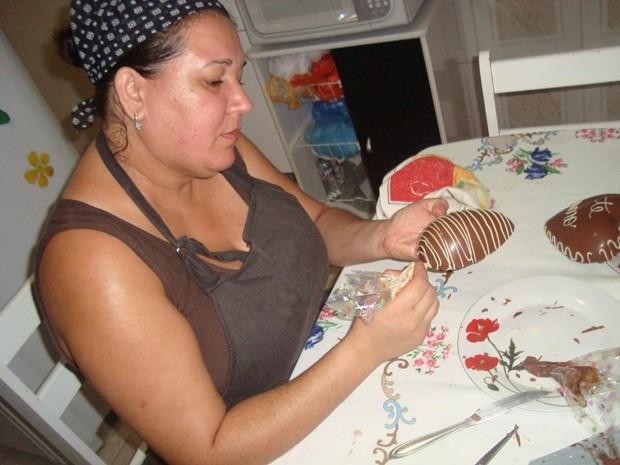 Comerciante Lucilene Bueno mudou de vida ao começar a fazer ovos de Páscoa (Foto: Arquivo Pessoal)
