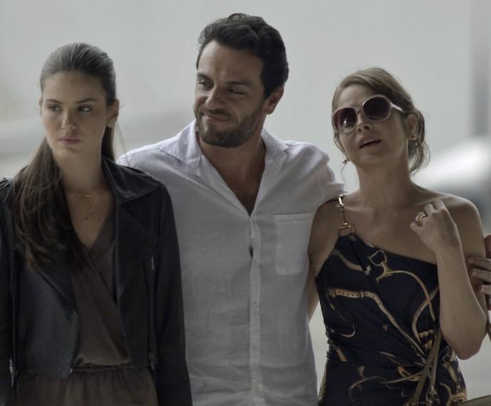 Alex promete à Carolina que os três serão felizes juntos (Foto: TV Globo)