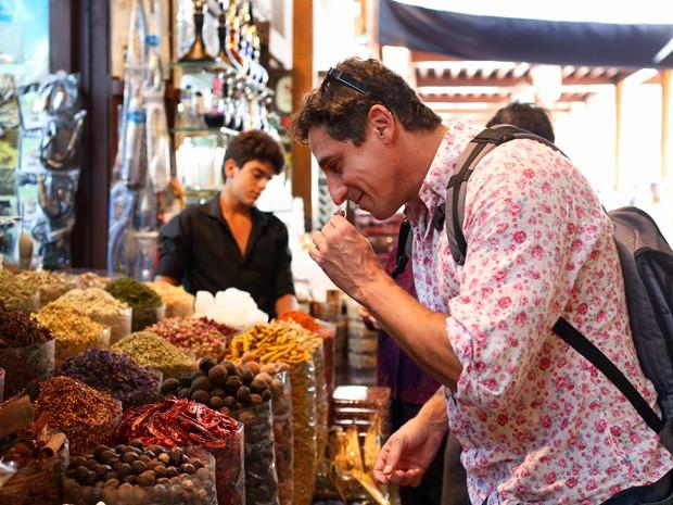 O ator conheceu o famoso mercado de temperos da cidade (Foto: Isabella Pinheiro/Gshow)
